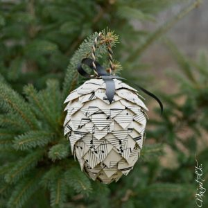 A-pinecone-Christmas-DIY-ornament-vinyetETC